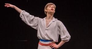 Игрално облекло за момчета в балетната зала